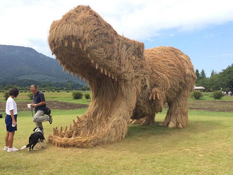 Dinosaurios gigantes de paja invaden los campos japoneses