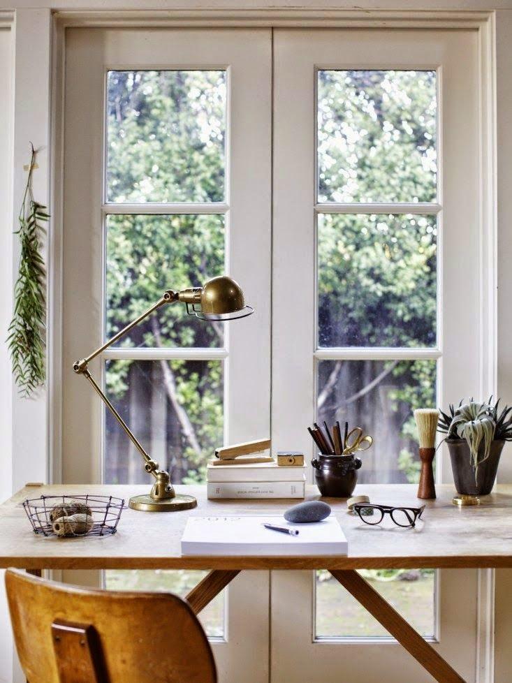 Escritorio danes con lampara vintage Jielde de mesa