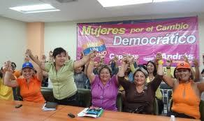 mujeres exigiendo cambios democráticos_____Jpg