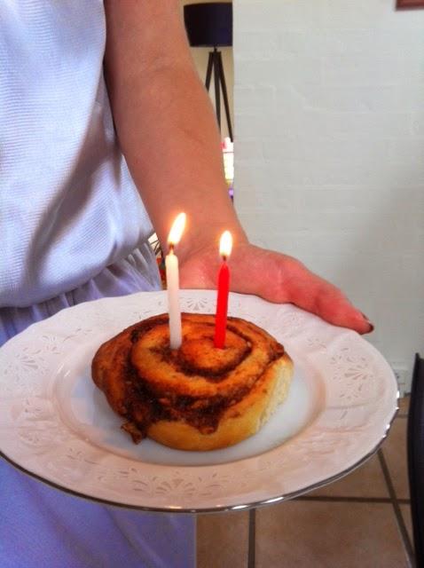 Т.к. торта не было, свечки пришлось втыкать в плюшку. Готовим завтрак для именинника