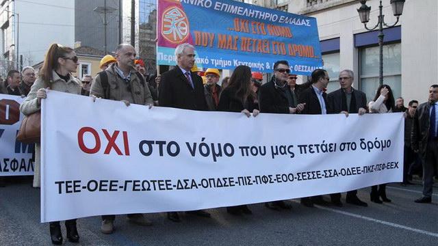 Ασφαλιστικό: Κρέμασαν τις γραβάτες τους οι δικηγόροι και τα κράνη οι μηχανικοί