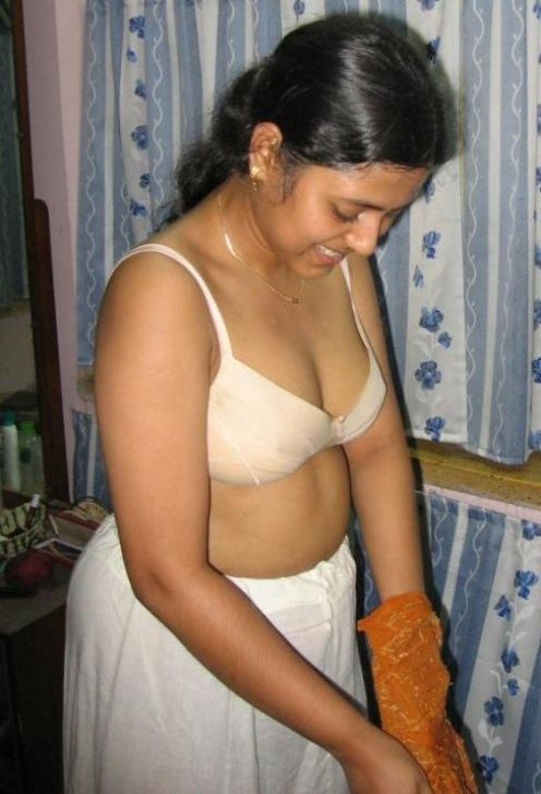 Nude Indian Desi aunty showing her big boobs