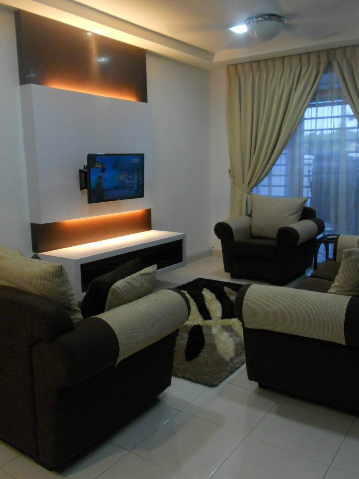 tema living room: coklat gelap+putih+coklat cair.warna neutral+earth  title=