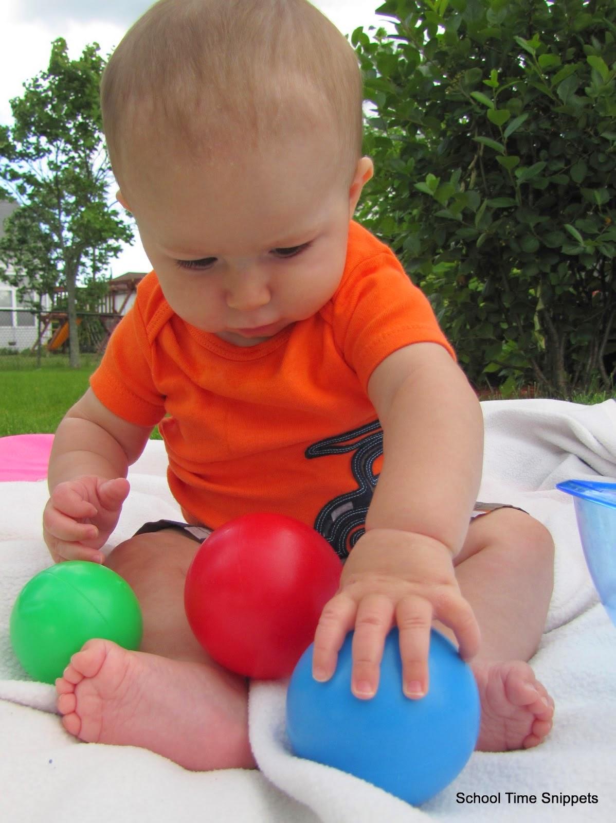 Photo bébé mignon joue au ballon