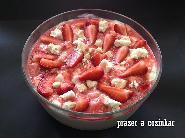 prazer a cozinhar - doce de suspiros e morangos