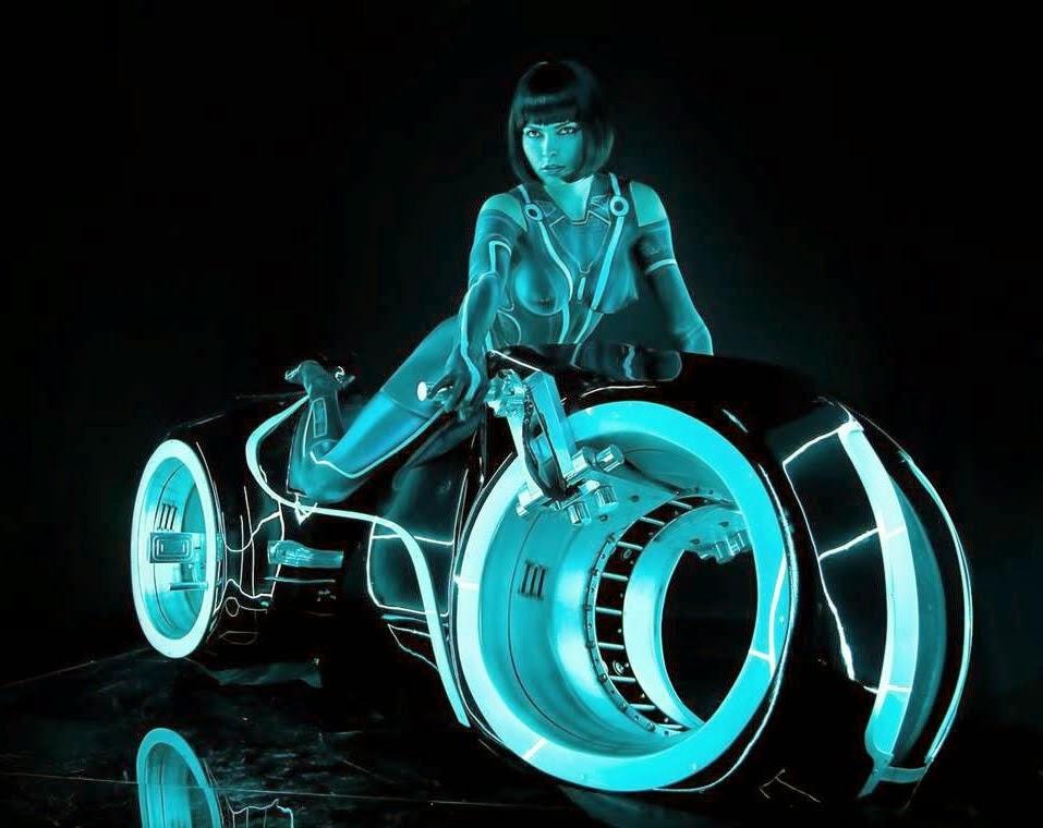 femme avec body paint sur la moto de tron