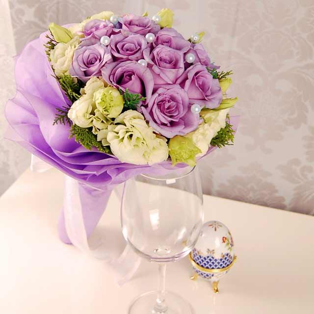 A purple and gold wedding color palette can be rich and regal