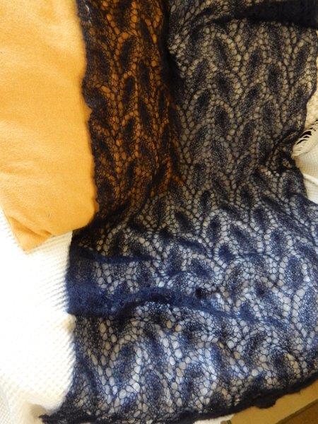 TE KOOP: donkerblauwe shawl.