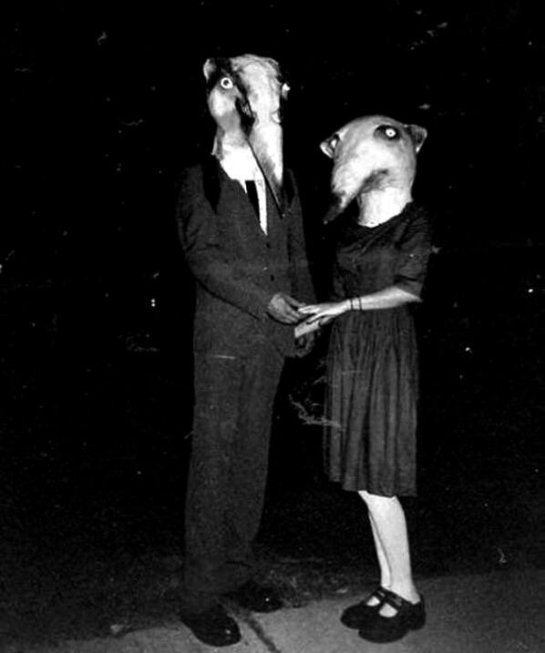 fotografia antigua de pareja disfrazada con mascara en halloween