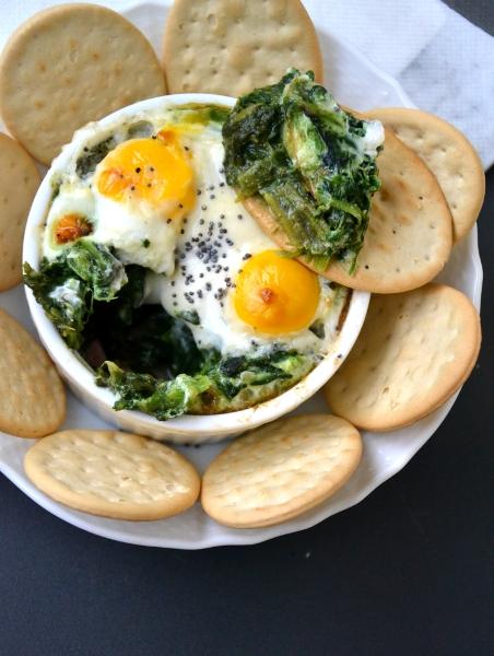 uova di quaglia con spinaci, salsa greca e cubetti di proscitto cotto