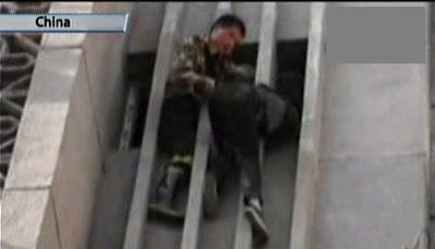 ratero chino atrapado en un edificio y rescatado por los bomberos