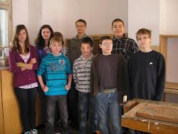 Kolektív žiakov pracujúci na projekte