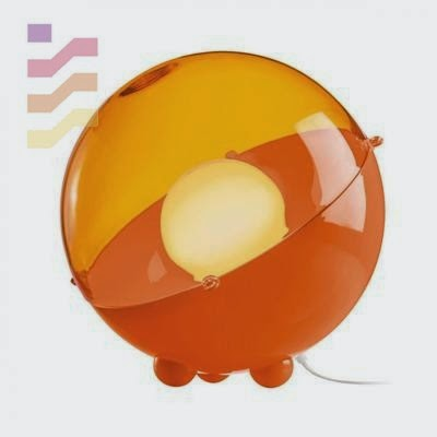 lampka podłogowa w designerskim kształcie i żywym kolorze