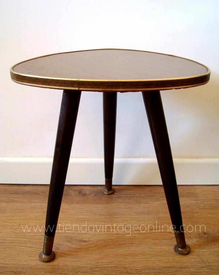 Mesas pua antiguas estilo vintage de madera y patas torcidas con detalles de latón. Mesas auxiliares triangulares con patas macizas.