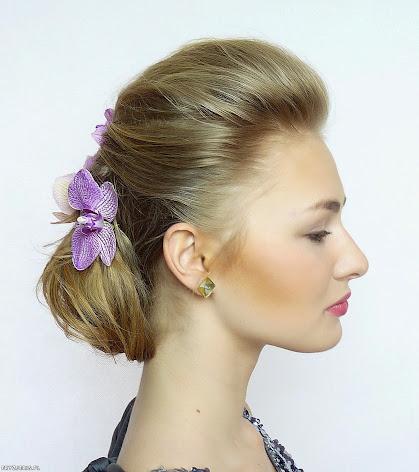 Fryzura ślubna - upięcie z kwiatem odsłaniające twarz