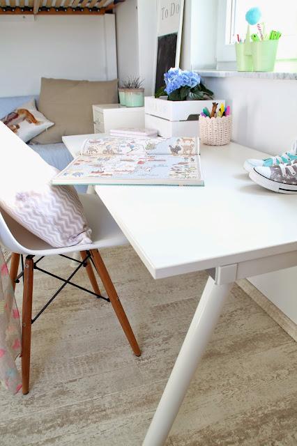 Schreibtisch mit Eames Stuhl und diversen Stiftehaltern