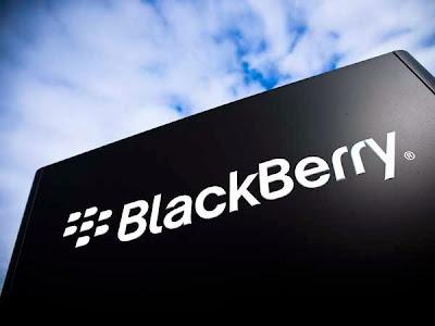 El futuro de la compañía canadiense BlackBerry es un tanto incierto. Hace unas semanas, el comité ejecutivo de BlackBerry anunciaba que la compañía estaba en venta y no fueron pocas las firmas tecnológicas interesadas en hacerse con la canadiense. Lenovo fue una de ellas, pero el gobierno canadiense frenó la idea. Entre otras compradoras interesadas aparecen Cisco, Google, Microsoft y, como no podía ser de otra manera, Apple. Y es que uno de los puntos que hacen la compra de BlackBerry atractiva es su archivo de patentes. Desde Apple y Microsoft se interesaron en comprar esta parte de la compañía,