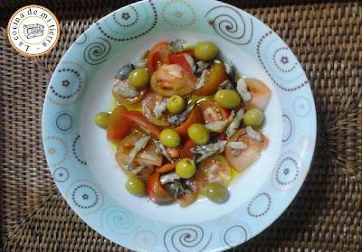ensalada capellán, tomate muchamiel, aceitunas, olivas