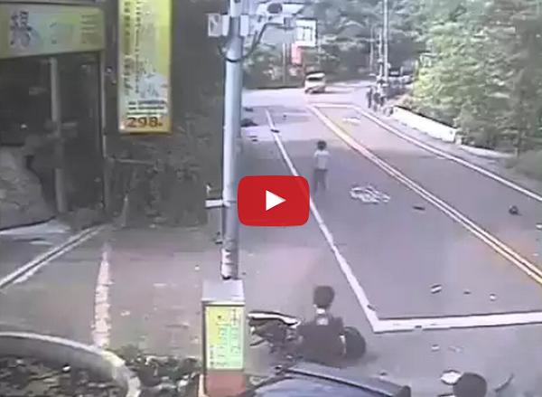 Choca contra 2 motos en una avenida principal