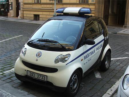 Mobil polisi Smart Car ini bisa ditemukan di Ibukota Ceko (Praha).