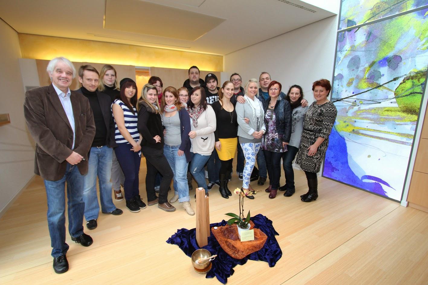 """Im neuen """"Raum der Stille"""" der Fachhochschule entstand das Foto des Altenpflegekurses 4/11 mit ihren Dozenten Eva Hartmann (rechts) und Michael Winkler. (Foto: Christine Fernkorn)"""