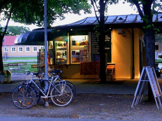 Räder vor den Herrenhäuser Gärten Kiosk während einer abendlichen Veranstaltung
