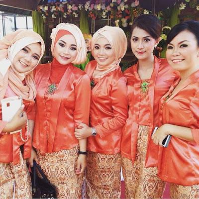 kebaya dengan blouse orange dan rok batik