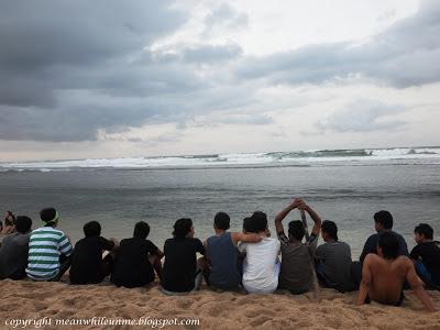 Menikmati Deburan Ombak Pantai Sundak di Pagi Hari