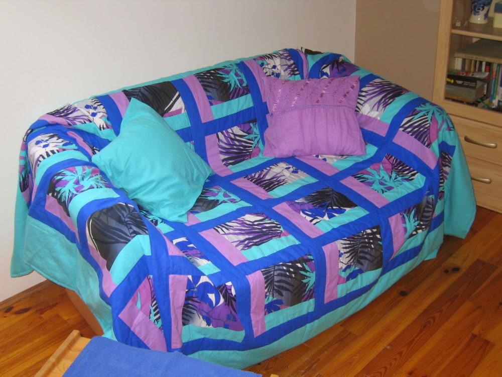 sofa z narzutą patchworkową