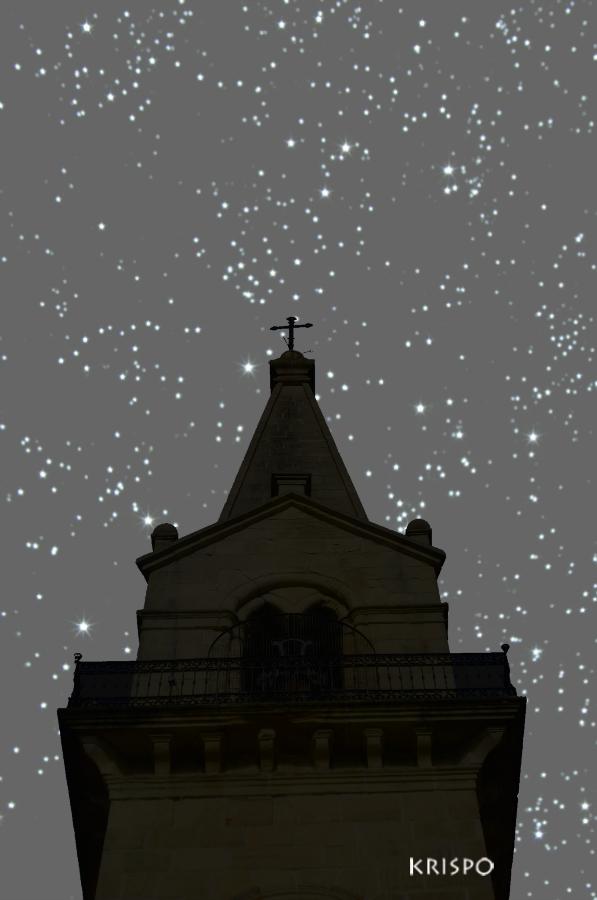 torre de la ermita de guadalupe bajo las estrellas en hondarribia
