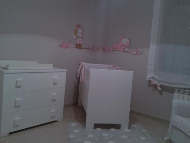 Deco chambre b b peinture murale avec la petite fille for Chambre bebe peinture murale