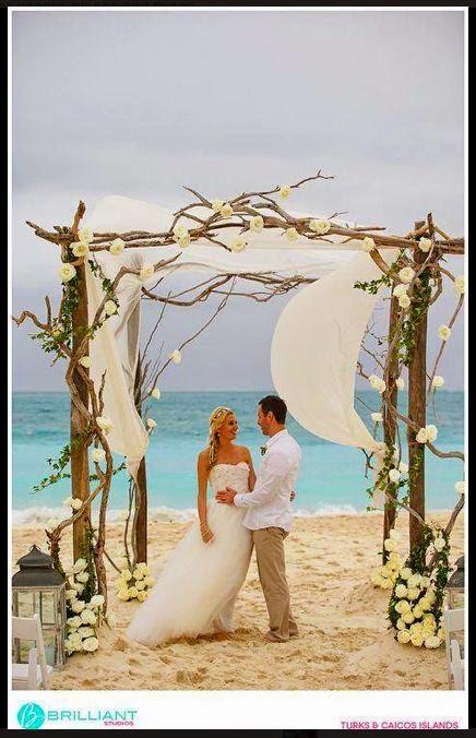 Si la boda se celebra de noche, habrá que iluminar el espacio. Hacer un pasillo hacia el altar limitado con antorchas o velas queda precioso.