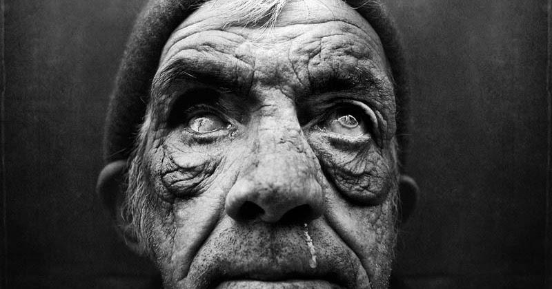 """Gli impressionanti ritratti in bianco e nero dei senza tetto """"Homeless"""" di Lee Jeffries"""