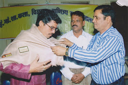 ज्योतिषाचार्य पं.विनोद चौबे को सम्मानित करते हुए डॉ.महेश चन्द्र शर्मा (संस्कृत डी.लीट्)