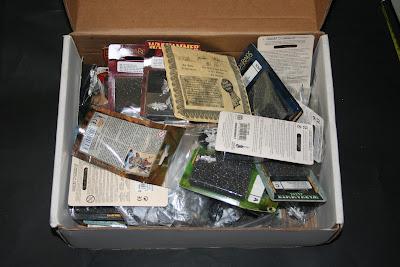 Contenido de la caja postal de Games Workshop de 26x35x12 cm