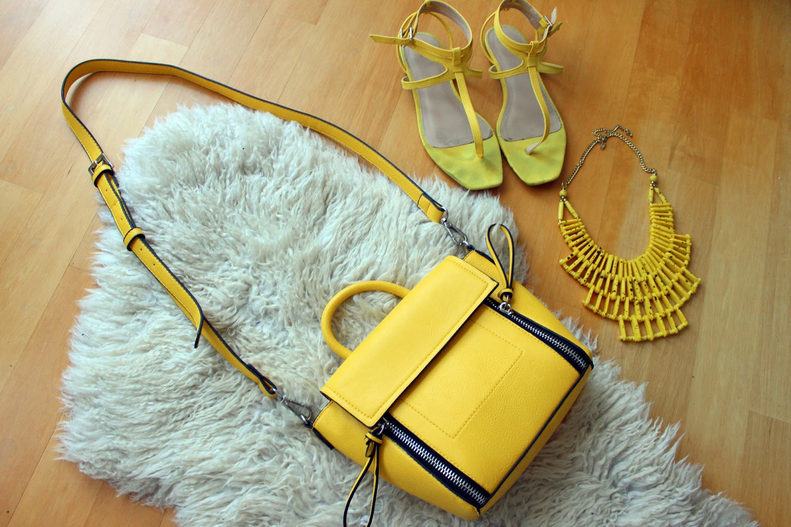 Barcelona shopping haul zara flats statement necklace stradivarius trapeze bag parfois
