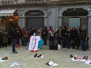 Tante scarpe per ricordare le donne vittime di violenza