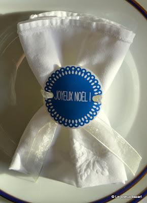 Table de Noël bleue blanche et dorée - serviette