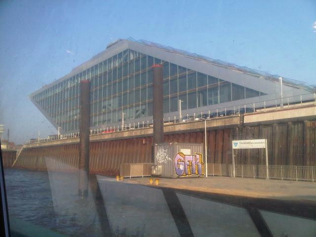 Docklands - Hafen Hamburg durch das Fenster der HVV-Fähre