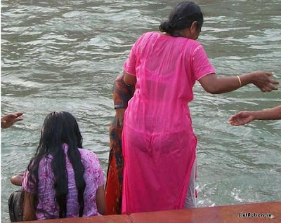 Indian Aunty Bathing At River Showing Ass Crack