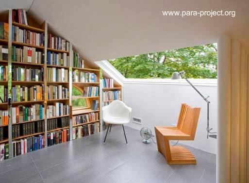 Sector de ático reformado con biblioteca, sala, y escritorio