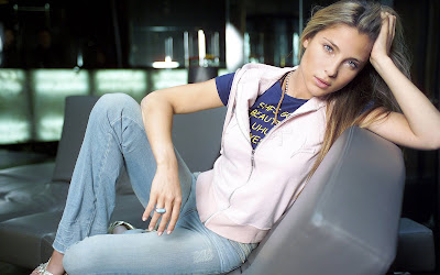 Elsa Pataky was a member of the Madrid theatre company, Teatro Cámara de Ángel Gutiérrez. Eventually, she left school when she was cast in the television series Al salir de clase.With the success of Al Salir de Clase, Pataky received her first film offer, El arte de morir.Some of her subsequent films were co-productions with the UK and France, which introduced her to working in English and French.