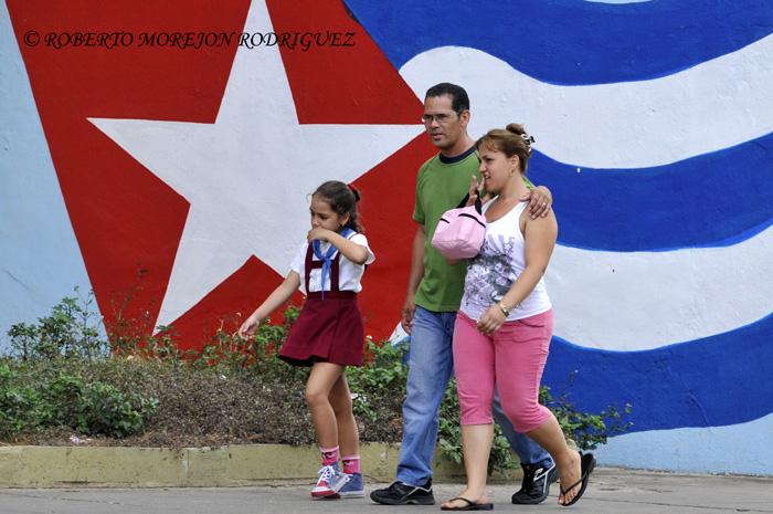 una familia por una calle de La Habana, Cuba