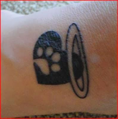 tatuagem de pata de cachorro feminina com coração
