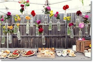dukning buffebord blommor