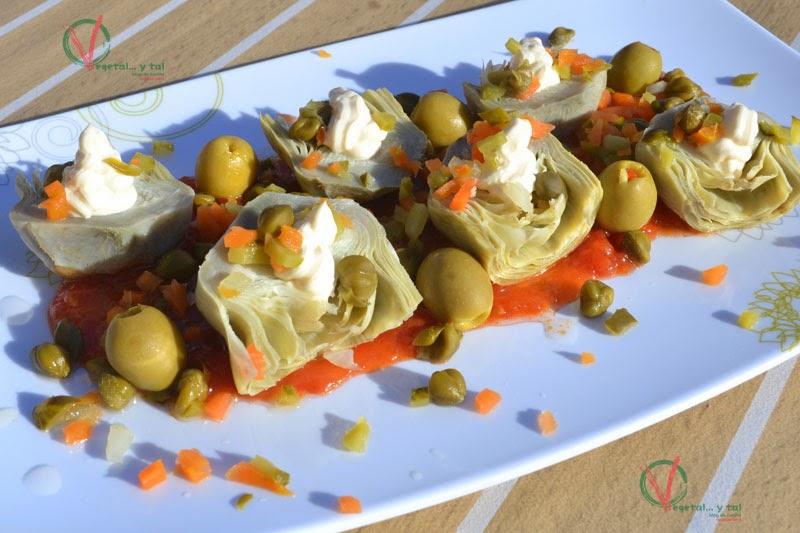 Plato completo de Alcachofas frías con dos salsas.