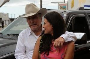 Robert Duvall y Angie Cepeda en Una noche en el viejo México