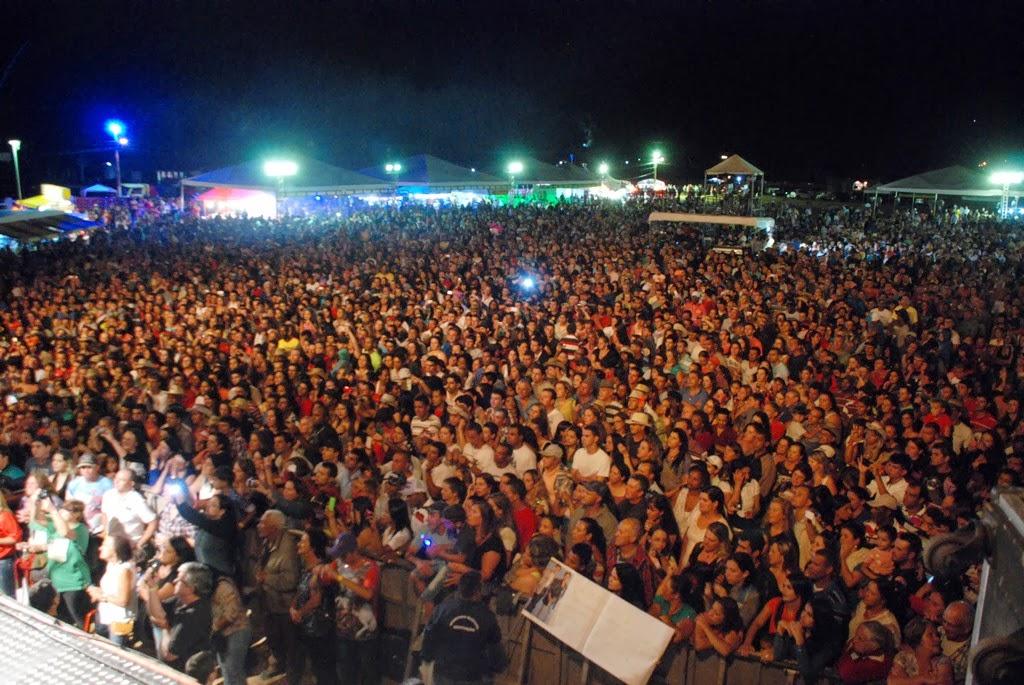 O público lota a área de show da 1ª Festa do Cavalo, em Vieira