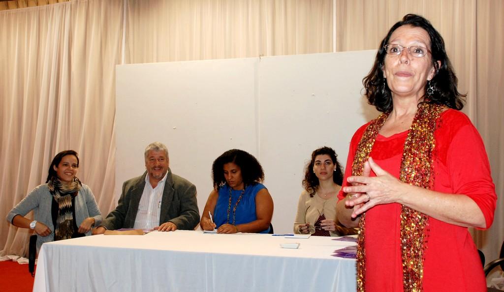 Coordenadora da organização não governamental Guayí, Helena Bonumá (de pé): articulação em rede pela autonomia financeira das mulheres através da economia solidária