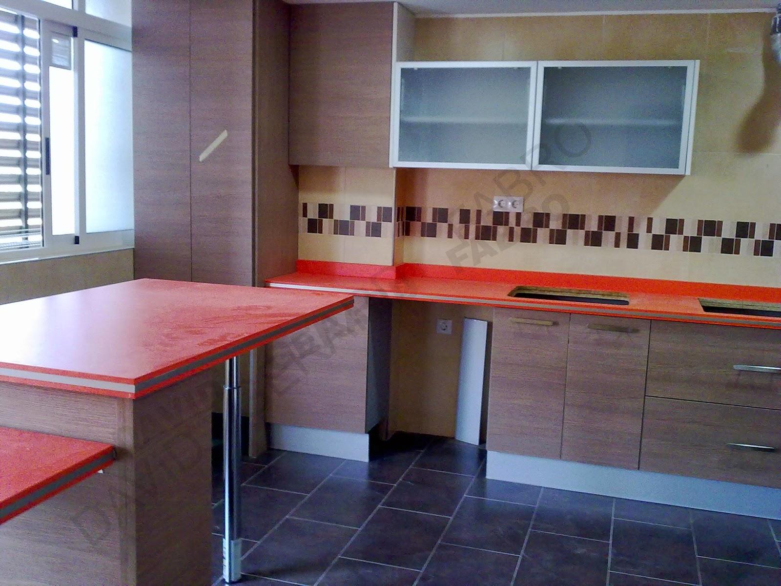 Muebles de cocina con encimera naranja.